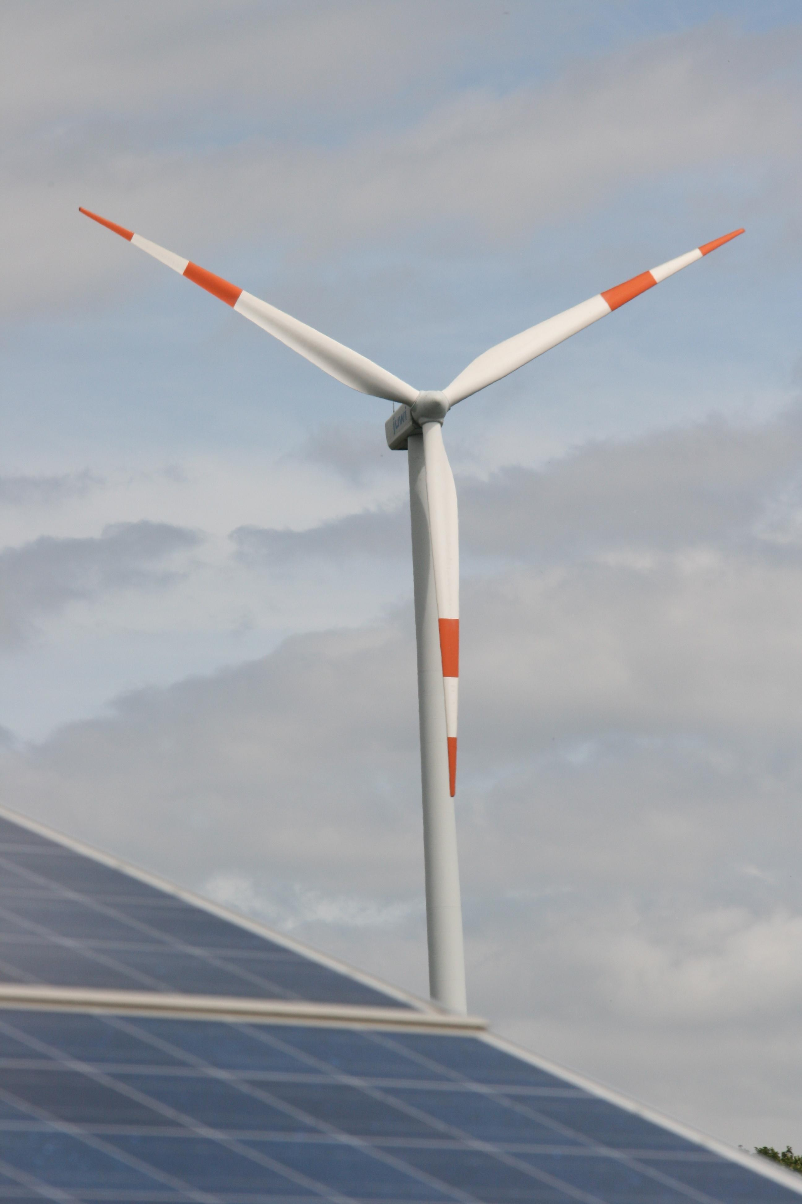 Windkraft_Photovoltaik_Hallo